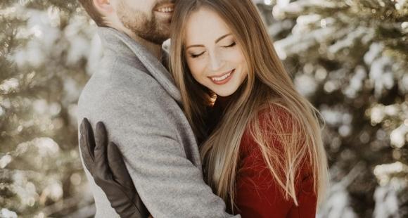 Ko dāvināt mīļotajai sievietei Ziemassvētkos: padomi vīriešiem